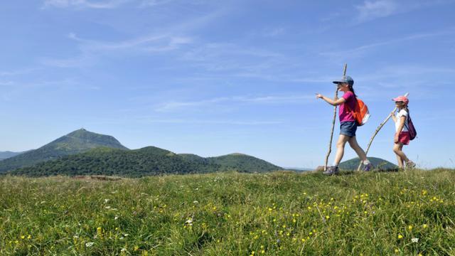 Vue sur le Puy du Pariou depuis le Puy de Dôme [THIERRY ZOCCOLAN / AFP/Archives]
