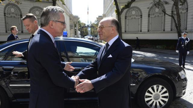 Les ministres allemand, Thomas de Maiziere, et français, Bernard Cazeneuve, de l'Intérieur le 29 août 2015 à Paris [ALAIN JOCARD / AFP]