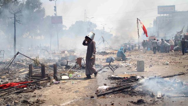 Un partisan du président égyptien déchu, Mohamed Morsi, marche dans les débris laissés à la suite des affrontements avec la police du Caire, le 14 août 2013 [Mosaab el-Shamy / Mosaab el-Shamy/AFP/Archives]