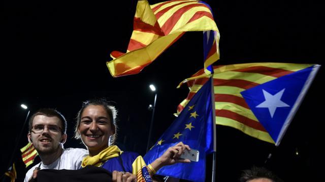 Des militants pro-indépendance manifestent leur joie le 27 septembre 2015 à Barcelone à l'annonce de leur victoire aux élections régionales [GERARD JULIEN / AFP]