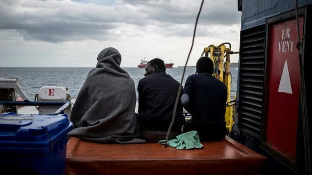 Des migrants assis sur le pont du Sea Watch 3, le 30 janvier 2019 au large de Syracuse, en Italie [FEDERICO SCOPPA / AFP]