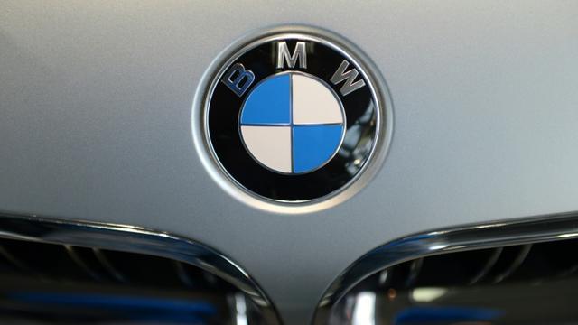 Logo du constructeur automobile allemand BMW dans un centre de livraison près de Munich le 16 mars 2015  [CHRISTOF STACHE / AFP/Archives]