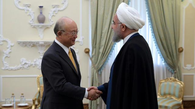 Le directeur général de l'Agence internationale de l'énergie atomique (AIEA) Yukiya Amano rencontre le président iranien Hassan Rouhani, le 29 octobre 2017 à Téhéran (transmise par la présidence iranienne) [HO / IRANIAN PRESIDENCY/AFP/Archives]
