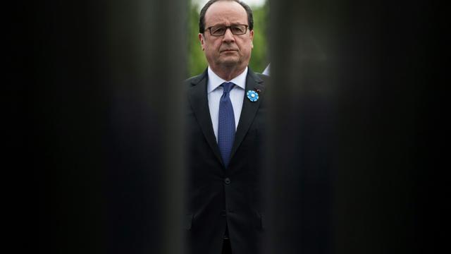 Le président François Hollande, lors de la cérémonie de commémoration du 8 mai 1945, sur les Champs-Elysées à Paris, le 8 mai 2017  [JULIEN DE ROSA / POOL/AFP]