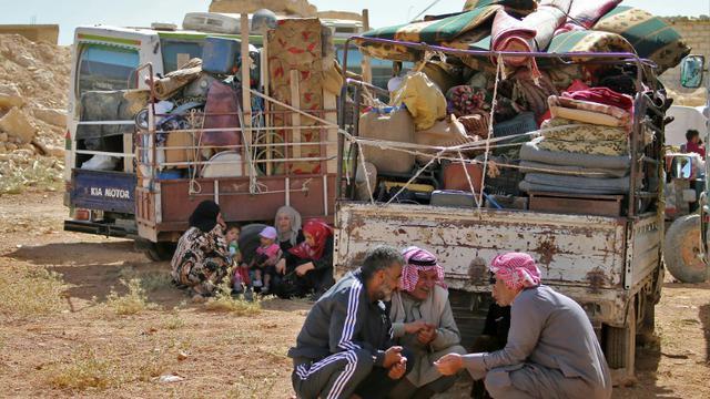 Des réfugiés syriens attendent le départ du convoi qui les ramènera chez eux, dans la localité d'Arsal, dans l'est du Liban, le 28 juin 2018 [STRINGER / AFP]