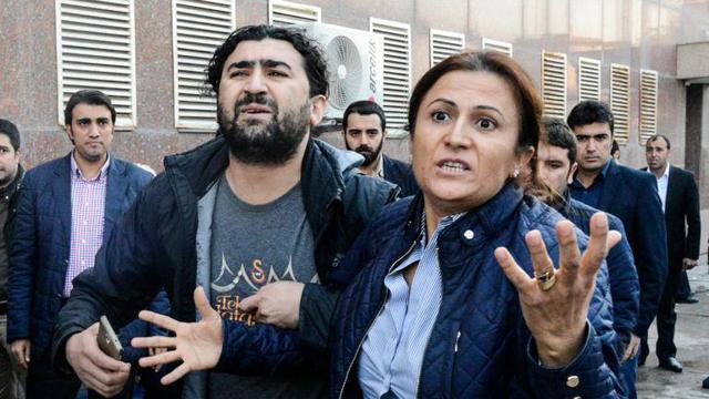 Turkan Elçi (d) réagit à la mort de son époux, Tahir Elçi, à Diyarbakir le 28 novembre 2015 [ILYAS AKENGIN / AFP]