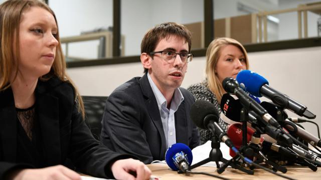 Le président de l'Association des familles victimes du lait contaminé aux salmonelles, Quentin Guillemain entouré de la vice-présidente Ségolène Noviant (g) et l'avocate Jade Dousselin (d) lors d'une conférence de presse à Paris, le 15 janvier 2017  [Eric FEFERBERG / AFP]