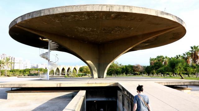 L'un des bâtiments de la Foire Internationale Rachid Karamé, un complexe conçu par le Brésilien Oscar Niemeyer, le 3 octobre à Tripoli au Liban [ANWAR AMRO / AFP]