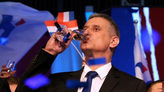 Tomislav Karamarko, leader du principal parti d'opposition croate, célèbre les premiers résultats des élections législatives le 8 novembre 2015 à Zagreb [ / AFP]