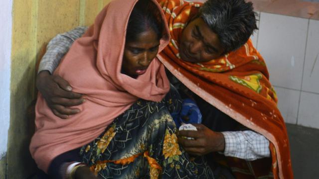 Une femme et son mari à l'hôpitel le 4 janvier 2016 après le violent séisme qui a frappé Siliguri dans le nord-est de l'Inde [DIPTENDU DUTTA / AFP]