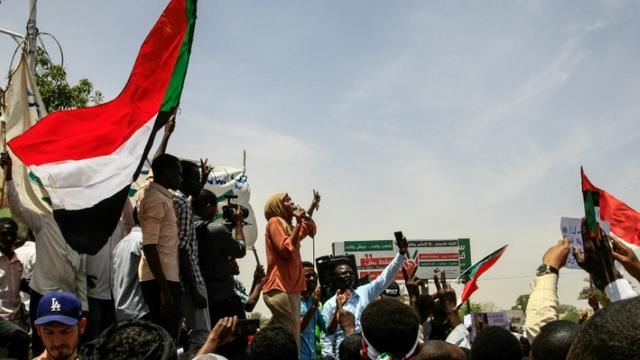 Des Soudanais manifestent le 20 avril 2019 devant le QG de l'armée à Khartoum pour réclamer un transfert du pouvoir à une autorité civile [Ebrahim Hamid / AFP]