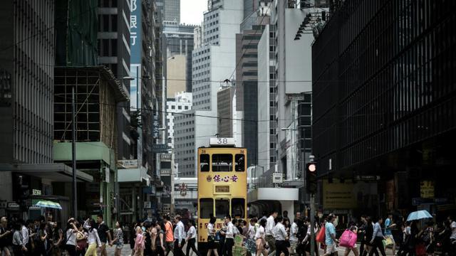 Un tramway à impériale passe dans une rue de Hong Kong le 25 août 2015 [PHILIPPE LOPEZ / AFP]