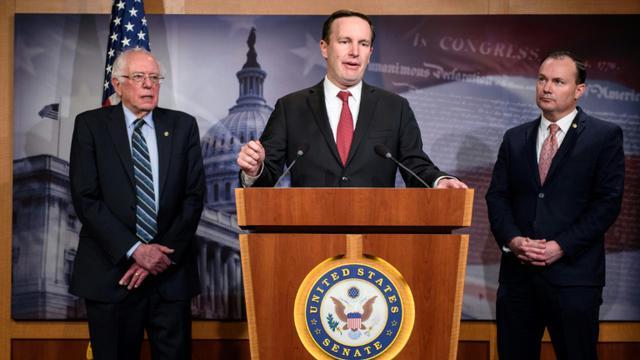 Le sénateur démocrate Chris Murphy (c) s'exprime devant la presse le 13 décembre 2018 après le vote du Sénat sur l'Arabie saoudite [MANDEL NGAN / AFP/Archives]