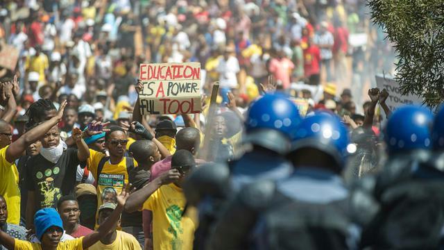 La police sud-africaine charge des étudiants qui manifestent contre l'augmentation des frais de scolarité à Prétoria, le 23 octobre 2015 [MUJAHID SAFODIEN / AFP]