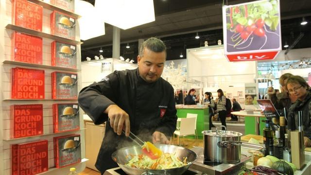Un cuisinier qui présente ses recettes pendant la Foire du livre de Francfort, le 14 octobre 2015- [DANIEL ROLAND / AFP]