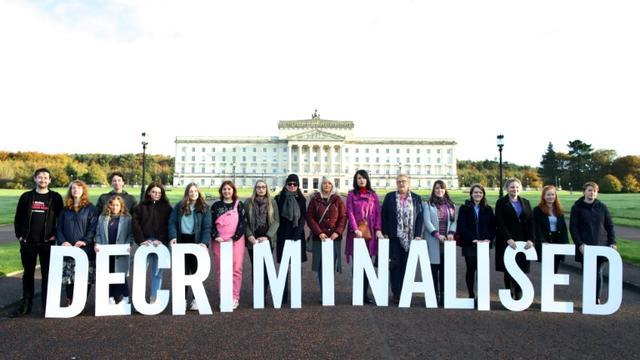 Des militants pro-avortement posent devant le parlement nord-irlandais à Belfast, le 21 octobre 2019 [PAUL FAITH / AFP]
