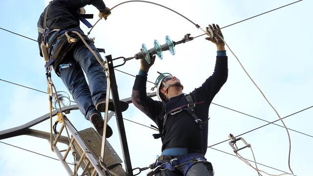 Travaux de réparation des techniciens d'EDF sur des lignes endommagées par les intempéries le 11 février 2009 [Xavier Leoty / AFP/Archives]