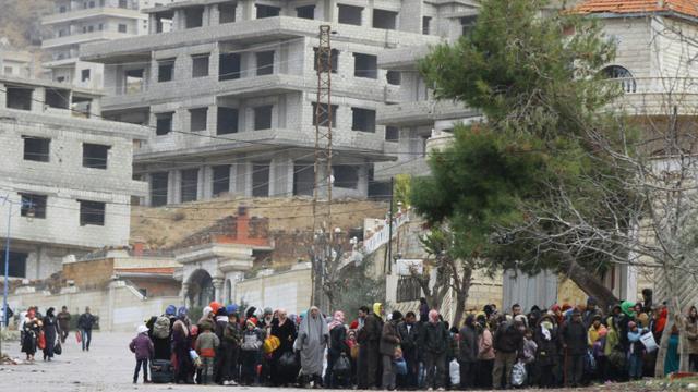 Des personnes attendent un convoi humanitaire dans la ville de Madaya en Syrie, le 14 janvier 2016 [LOUAI BESHARA / AFP]