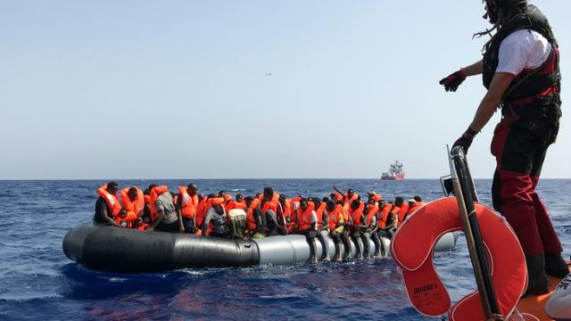 Un membre de l'équipage de l'Ocean Viking participe au sauvetage de 85 migrants en Méditerrannée, le 9 août 2019 [Anne CHAON / AFP]