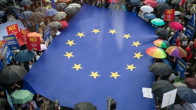 Des manifestants déploient un drapeau européen devant la réprésentation de la Commission européenne, le 26 juin 2018 à Varsovie, pour dénoncer la réforme de la Cour suprême [Wojtek RADWANSKI / AFP/Archives]