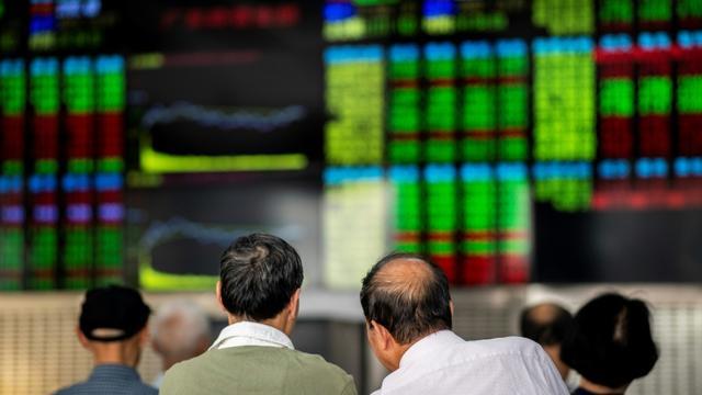 De Hong Kong à New York, les Bourses mondiales, déjà en petite forme, s'alarmaient jeudi de l'arrestation d'une responsable du groupe chinois Huawei à la demande de Washington [Johannes EISELE / AFP/Archives]
