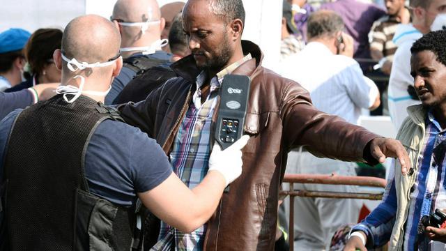 Des migrants contrôlés à leur arrivée le 7 auût 2015 à Pozzalo en Italie [GIOVANNI ISOLINO / AFP/Archives]