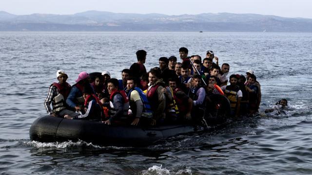 Des réfugiés arrivent à Lesbos à bord d'un canot pneumatique, le 9 septembre 2015  [ANGELOS TZORTZINIS / AFP/Archives]