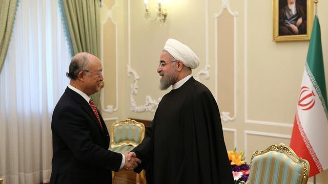 Photo publiée sur le site officiel de la présidence iranienne montrant le président iranien Hassan Rohani (d) rencontrant le chef de l'Agence internationale de l'énergie atomique Yukia Amano à Téhéran le 20 septembre 2015 [ / PRESIDENT.IR/AFP]