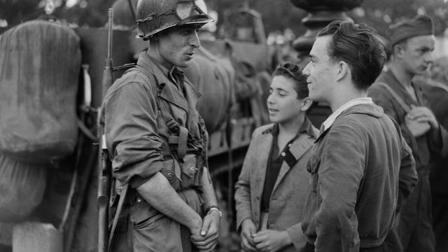Un soldat français avec des jeunes parisiens le 25 août 1944 à Paris [- / AFP/Archives]