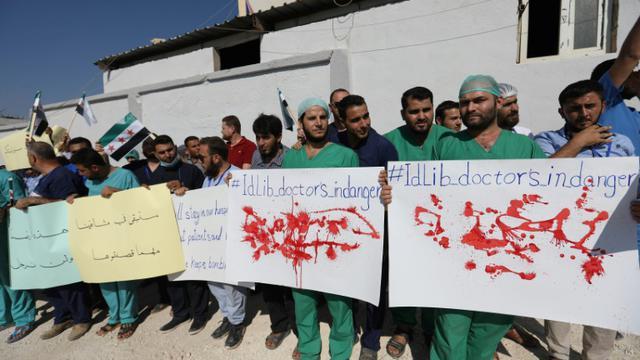 Des médecins et infirmiers manifestent à Atmé, dans la région d'Idleb, en Syrie, le 16 septembre 2018. [OMAR HAJ KADOUR / AFP]