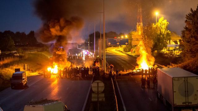 L'autoroute A1 bloquée dans les deux sens le 29 août 2015 par des gens du voyage au niveau de Roye  [PHILIPPE HUGUEN / AFP]