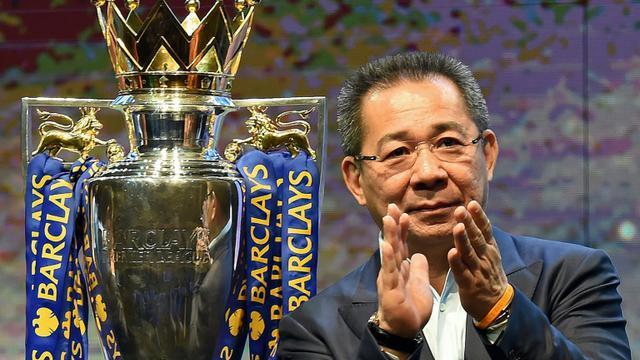 Le président de Leicester city, le ThaïlandaisVichai Srivaddhanaprabha lors d'une présentation du trophée de champion d'Angleterre remporté par son club, à Bangkok le 18 mai 2016 [CHRISTOPHE ARCHAMBAULT / AFP/Archives]
