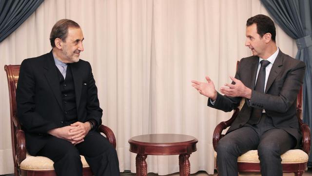 Une photo fournie par l'agence SANA du président syrien Bachar al-Assad (d) et du conseiller pour les affaires internationales du guide suprême iranien, Ali Akbar Velayati, le 29 novembre 2015 à Damas [- / SANA/AFP]