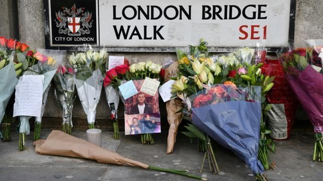Des fleurs et la photo de Jack Merritt, le 1er décembre 2019 près du London Bridge, poignardé à mort par un ex-prisonnier condamné pour terrorisme à Londres [Ben STANSALL / AFP]
