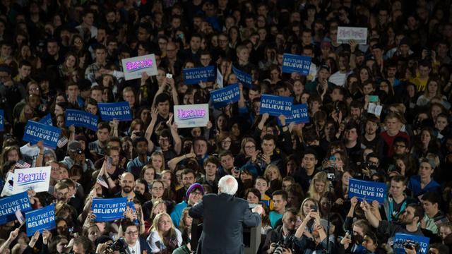 Le candidat aux primaires démocrates, Bernie Sanders (de dos), à Iowa aux Etats-Unis, le 30 janvier 2016   [Jim WATSON / AFP]