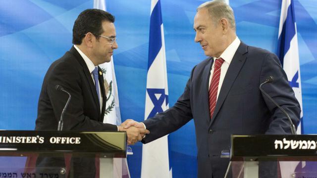 Le président Jimmy Morales et le Premier ministre israélien Benjamin Netanyahu le 28 novembre 2016 à Jérusalem [ABIR SULTAN / POOL/AFP/Archives]