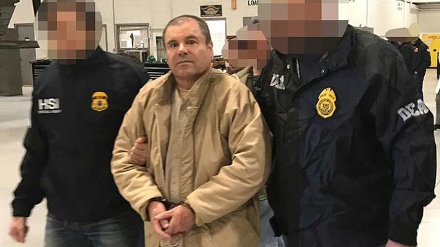 """Le Mexicain Joaquin Guzman Loera dit """"El Chapo"""" à Ciudad Juarez lors de son extradition vers les Etats-Unis, selon une photo divulguée le 19 janvier 2017 par le ministère mexicain de l'Intérieur, qui a flouté le visage de ses deux policiers [HO / INTERIOR MINISTRY OF MEXICO/AFP/Archives]"""