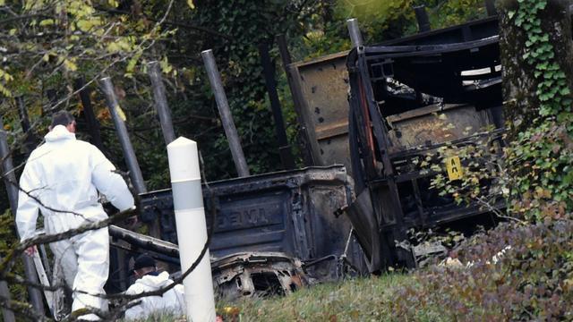 Des enquêteurs sur les lieux de la collision de Puisseguin entre un camion et un bus, le 24 octobre 2015, en Gironde [MEHDI FEDOUACH / AFP]