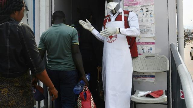 Contrôle sanitaire des voyageurs à Mpondwe, en Ouganda gagné par l'épidémie d'Ebola, le 13 juin 2019 à la frontière avec la RDC [ISAAC KASAMANI / AFP]