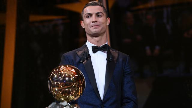 Cristiano Ronaldo avec son 5e Ballon d'Or, le 7 décembre 2017 à Paris [Franck FAUGERE / L'EQUIPE/Franck FAUGERE/AFP/L'EQUIPE/Franck FAUGERE]