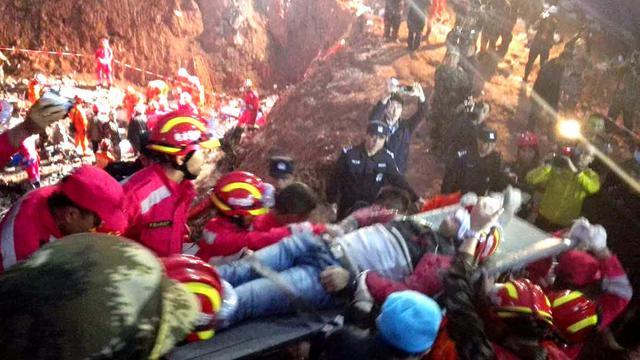 Un survivant de 19 ans extrait d'un bâtiment enseveli le 23 décembre 2015 à Shenzen [STR / AFP]