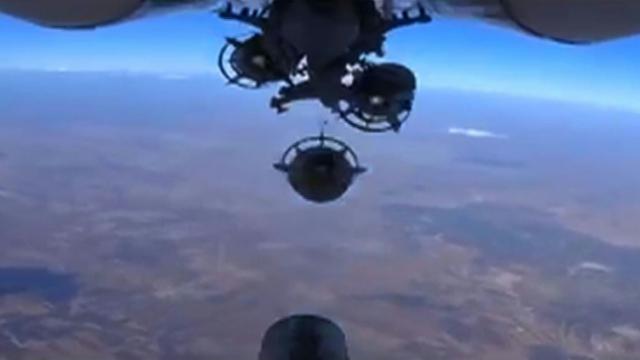Image tirée d'une vidéo diffusée sur le site du ministère russe de la Défense, le 6 octobre 2015, montrant le largage d'une bombe lors d'une frappe aérienne russe en Syrie [ / Ministère russe de la Défense/AFP]