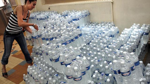 Elle dit avoir seulement voulu faire un stock d'eau minérale pour sa famille... (photo d'illustration)
