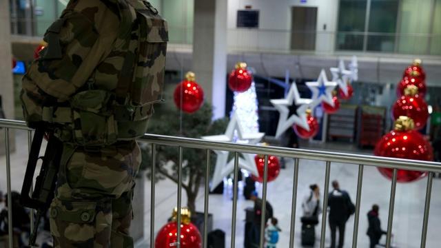 Des soldats patrouillent dans le hall de l'aéroport de Roissy CDG, le 3 décembre 2015 [KENZO TRIBOUILLARD / AFP/Archives]