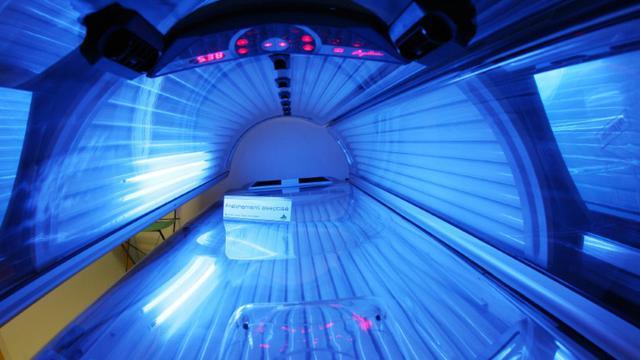 Une cabine de bronzage à UV en août 2007 à Paris [Thomas Coex / AFP/Archives]