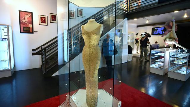 """La mythique robe moulante portée par Marilyn Monroe pour chanter lascivement """"Happy birthday"""" au président John F. Kennedy pour son 45ème anniversaire est exposée dans la sallz de ventes aux enchères Julien's àLos Angeles le 17 novembre 2016  [FREDERIC J. BROWN / AFP]"""