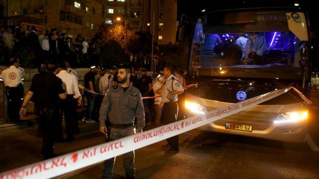 Des forces de sécurité et des secouristes sur le site où un Arabe a poignardé un Israélien avant d'être tué le 12 octobre 2015 à Jérusalem [Gali Tibbon / AFP]