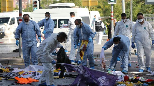 Les enquêteurs sur les lieux du double attentat à Ankara, le 10 octobre 2015 [ADEM ALTAN / AFP]