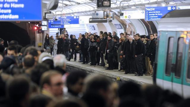 Des passagers attendent une rame sur un quai bondé de la station Saint-Lazare, le 7 décembre 2010 à Paris [Miguel Medina / AFP/Archives]
