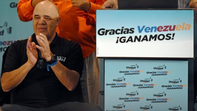 """Jesus """"Chuo"""" Torrealba, porte-parole de la coalition de la Table de l'unité démocratique lors d'une conférence de presse à Caracas le 7 décembre 2015 [JUAN BARRETO / AFP]"""